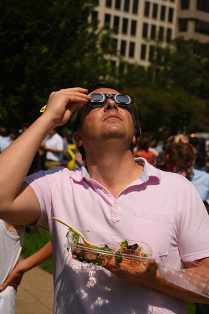 2017 USA Eclipse Watchers 1 - Multi-tasking - Watching While Lunching