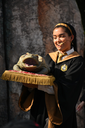 Hogwarts Student from Frog Choir with Singing Toad